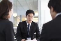 打合せをするビジネス男性 33000000522| 写真素材・ストックフォト・画像・イラスト素材|アマナイメージズ