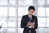スマートフォンを触るビジネス男性