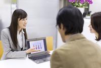 パソコンを使って接客するビジネス女性 33000000553| 写真素材・ストックフォト・画像・イラスト素材|アマナイメージズ