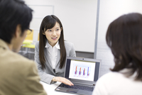 パソコンを使って接客するビジネス女性 33000000555| 写真素材・ストックフォト・画像・イラスト素材|アマナイメージズ