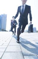 走り出すビジネス男性2人