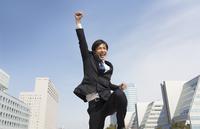 こぶしを上げて喜ぶビジネス男性