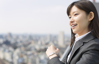 ビル群を背景に微笑むビジネス女性 33000000664| 写真素材・ストックフォト・画像・イラスト素材|アマナイメージズ