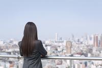 ビル群を眺めるビジネス女性の後ろ姿 33000000673| 写真素材・ストックフォト・画像・イラスト素材|アマナイメージズ