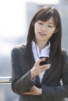 スマートフォンを見るビジネス女性
