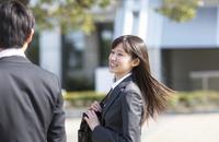 笑いながら歩くビジネス男女 33000000692| 写真素材・ストックフォト・画像・イラスト素材|アマナイメージズ