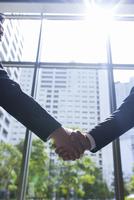 握手するビジネスマンの手 33000000698| 写真素材・ストックフォト・画像・イラスト素材|アマナイメージズ
