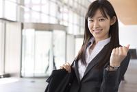 ガッツポーズをするビジネス女性 33000000706| 写真素材・ストックフォト・画像・イラスト素材|アマナイメージズ