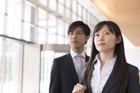 並んで上を見るビジネス男女 33000000708| 写真素材・ストックフォト・画像・イラスト素材|アマナイメージズ
