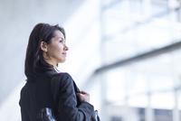 ビル内で上を見るビジネス女性 33000000713| 写真素材・ストックフォト・画像・イラスト素材|アマナイメージズ