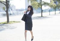 時計を見ながら走るビジネス女性 33000000716| 写真素材・ストックフォト・画像・イラスト素材|アマナイメージズ