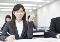 受講中にガッツポーズをするビジネス女性
