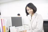 デスクで微笑むビジネス女性