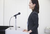演台で話すビジネス女性