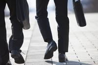 歩くビジネス男性2人の足