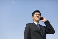 スマートフォンで話すビジネス男性
