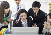 パソコンを見て喜ぶビジネス男女 33000000846| 写真素材・ストックフォト・画像・イラスト素材|アマナイメージズ