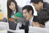 パソコンを見て喜ぶビジネス男女 33000000847| 写真素材・ストックフォト・画像・イラスト素材|アマナイメージズ