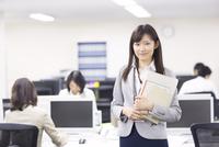 オフィスで立って微笑むビジネス女性