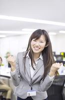 オフィスでガッツポーズをするビジネス女性