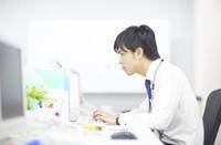 デスクでパソコンに向かうビジネス男性