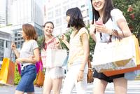 買物中に街を歩く4人の女性