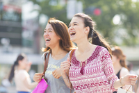 買物中に街を歩く2人の女性