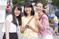 街中で微笑む3人の女性のポートレート