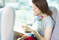 バスの中で読書をする女性