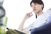 バスの中で考える若い男性