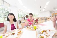 学食で食べながら笑う学生たち
