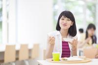学食で食事をする女子学生のポートレート