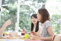 学食で話しながら食事する学生たち