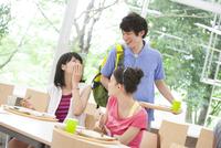 学食で会話する学生たち
