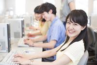 パソコンを前に微笑む女子学生のポートレート