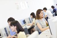 パソコン教室でモニターに向かう学生たち