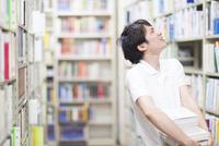 図書室で本を探す男子学生
