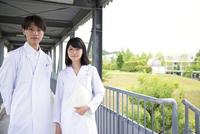 白衣を着た学生男女のポートレート