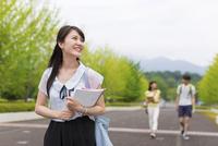 キャンパスを歩く女子学生