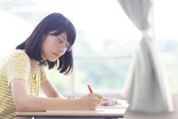 授業でノートをとる女子学生