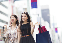 街で買物を楽しむ2人の女性