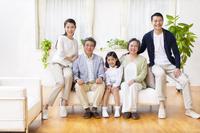 集合して微笑む三世代家族