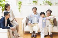 腕を上げる子供と笑い合う家族