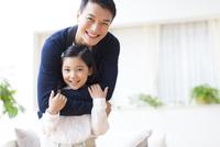 肩を抱く父と笑顔の女の子