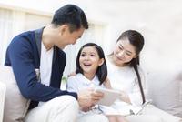 タブレットPCを見ながら笑い合う親子 33000001408| 写真素材・ストックフォト・画像・イラスト素材|アマナイメージズ
