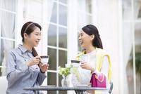 コーヒーカップを手に笑い合う2人の女性 33000001468| 写真素材・ストックフォト・画像・イラスト素材|アマナイメージズ