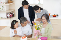 祖母の誕生日のお祝いをする家族