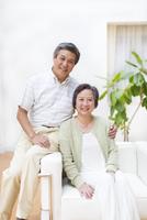 ソファーで微笑むシニア夫婦 33000001492| 写真素材・ストックフォト・画像・イラスト素材|アマナイメージズ