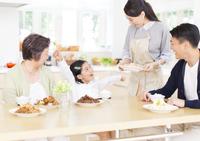 食卓で喜ぶ家族