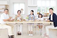 食卓で微笑む三世代家族